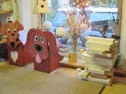 Houten Nestkastje Hond, licht bruin, Details, Vogelhuisje bouwen, eindresultaat samen met ander nestkastje hond