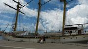 ein stattliches Sgelschiff im Hafen von Tichat