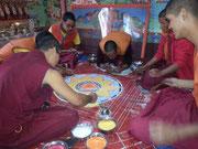 Mönche beim Mandala legen