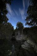 Río Burbia, León. Fotografía con luz de luna, luz artificial y nubes