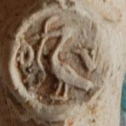 Ooievaar met slang / paling in de bek en initialen O en V