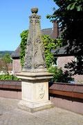 Gedenkstein für Friedrich Freyenhagen von Rosenstern aus dem Hause Wickensen. Pastor, geb. 1865 gest. 1957. Der ursprüngliche Standort des Gedenksteins war der alte Friedhof der Raabestadt.