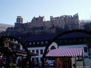 Blick über den Weihnachtsmarkt hinauf zum Schloss.