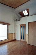 マンション室内 腰板貼+天井板貼。最上階には透明ガラスのトップライト+ロフト付