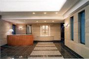 エントランスホール内観 ホテルフロントのイメージでデザイン