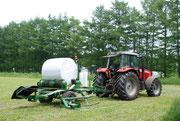 牧草ラップ作業