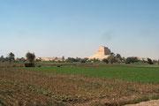 Weithin sichtbar, die Pyramide von Meidum (Maydum)!
