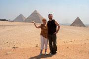 Hannelore und Andreas vor den Pyramiden von Gizeh