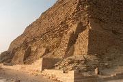 Während des Baues wurde der Neigungswinkel korrigiert, wodurch ein Knick entstand, der der Pyramide den Namen gab. Sie ist 105 Meter hoch und hat eine Basis-Seitenlänge von 189 Metern.