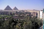 Eines der berühmtesten Bauwerke der Welt, wurde von König Cheops (4. Dynastie) um 2650 v.Chr. erbaut. Rechts steht die Chefren Pyramide.