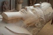 Detail der Statue aus Kalkstein, sie gilt als die schönste dieses Königs. Ihre Höhe betrug 13 m und sie wiegt 120 Tonnen.