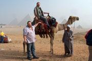 """Andreas hoch zu Kamel mit """"Steigbügelhalter"""" Udo und dem """"Kamellenker"""", geritten bin ich nicht, nur darauf sitzen war nicht ganz billig!"""