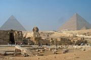 Links die Chefren Pyramide, rechts die Cheops-Pyramide und in der Mitte unten die Sphinx.