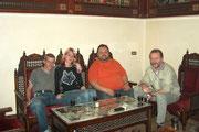 Mirko, Linda, Udo und ich in einer Parfümerie, es sind Freunde vom Addel unserem Taxifahrer.