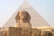 Auf dem Weg zum Taltempel der Chefren-Pyramide kommt man zur großen Statue des Sphinx. Das Bauwerk setzt sich aus einem Löwenleib und einem Menschenkopf zusammen. Es ist rund 70 Meter land und 20 Meter hoch.