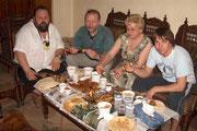 In trauter Runde essen wir Fastfood auf ägyptisch, zwar recht scharf aber schmackhaft. Um ehrlich zu sein, so rechtes Vertrauen hatte ich nicht zu dem was da auf dem Tisch stand!