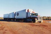 Einer der bis zu 52 m lang sein könnenden Road Train´s bei Port Hedland