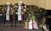 Komplettansicht / Trauergestecke und Blütenkränze