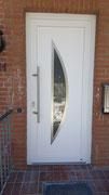 Haustür in Kunststoff mit Edelstahlapplikationen und satiniertem Glas in 21509 Glinde
