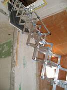 Raumsparende Scherentreppe in Aluminium mit Teleskop-Handlauf in Glinde