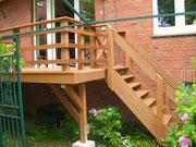 Aufgeständerte Terrasse mit Treppe