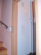 Nischenschrank mit in der Höhe geteilten Türen in Weiß