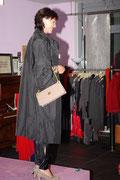 Martina  im Seidenmantel mit 3/4 Arme und in einem Outfit von Edith& Ella