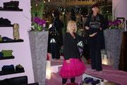 Modepräsentation- hier eine Outfit von Expresso, toller Anzug in dunkelblau, dazu Seidenbluse