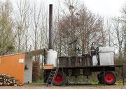 Photo publicitaire, réalisée à Garchy, de l'Alambic de l'entreprise Desnoyers avec les professionnels Joël et Roselyne d' Étais-la-Sauvin dans l'Yonne