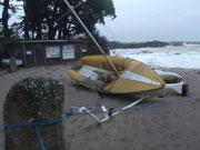 Un bateau resté sur la plage jeté de sa remorque.
