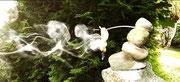 Rauchgeister...schwebende Geistwesen halten sich an den Händen