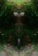 Spiegelung...Wächter mit goldenem Helm und Halskette vor violetter Amphore sitzend