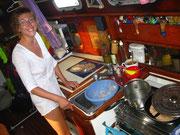Complicadísima tarea de cocinar navegando... Encima hace pan!!
