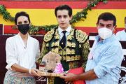La Concejal de Fiestas, Paqui Hidalgo y el empresario Carmelo García entregan a Jesús Llobregat