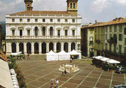 Die Piazza mit Rathaus in der Oberstadt