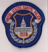 (petit/small)  United States Capitol Police  (Insigne de casquette / Cap crest)