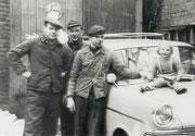Die Installationsfirma Hermann Abels v.l.n.r. Otto Abels, Günter Deinert, Klempnermeister Hermann Abels, Marion Abels Im Hof Körner Hellweg 34 -  Fotografie 1961