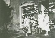 das Kolonialwarengeschäft Bernecker Im Dreieck ? -  Fotografie 1954
