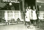 Schaufenster und Ladeneingang der Bäckerei und Conditorei H. Amboster Körner Hellweg 114 -  Fotografie 1943