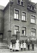 Familie Steineshoff vor ihrem Haus Düsterstr. 9 - Fotografie 1911