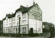 Düsterstr. 19-23 Straßenfront rechts davon die Einfahrt zum Hof der Speditionsfirma Heinrich Schütte -  Fotografie 1955
