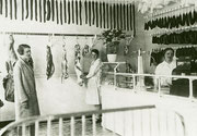 Fleischerei Heinrich Köster, Körner Hellweg 116 v.l.n.r. eine Kundin, Verkäuferin Frau Dickmannhemke, Frau Maria Köster - Fotografie 1930