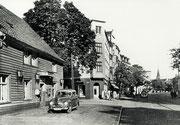 Der Hellweg mit Blick nach Osten. Links der Gasthof Schulte-Berthold an der Ecke Heilbronnerstr. Im Hintergrund der Turm der St. Liborius-Kirche -  Fotografie 1950