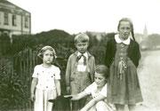 In der Alte Straße auf der Höhe des Hauses Alte Straße 15, Kohlenhandlung Henneke v.l.n.r. Erni Ambost, Helmut Schulte, Hannelore Ambost, Marlis Schulte -  Fotografie 1937