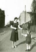 Südlicher Teil des Körner-Hellwegs in der Höhe der Häuser Körner-Hellweg 91-93 Frau Erni Bremer, Klaus Nagel -  Fotografie 1948/49