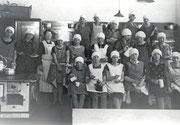 Eine gemeinsame Koch-Unterrichtsstunde in der Küche der Uhland-Schule von Schülerinnen der Uhland-Schule Körne und der Ewaldi-Schule Wambel, mit Frl. Köster -  Fotografie 1928