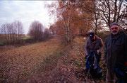 Olaf und Rainer stöbern im Laub; November 2003