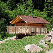Schwarzwald-Blockhaus Köhlerhäusle von der Straße gesehen