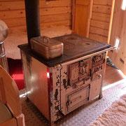 Alter Holzofen im Schwarzwald-Blockhaus Köhlerhäusle