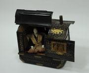 Palanquin, Bois laqué noir, or, métal, passementerie, poupée vêtue de tissu broché,  Japon, 1ère moitié du 19e siècle, Dépôt du Musée national de la Marine.